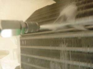 東京都大田区南六郷シャープお掃除機能付きエアコンクリーニング洗浄作業中