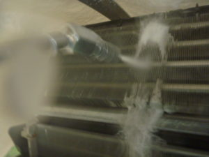 東京都大田区、AS-R22Dお掃除機能付きエアコン高圧洗浄中