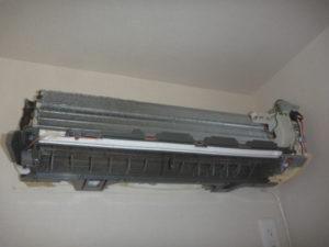 日立RAS-V25Bフィルター自動お掃除機能付きエアコンクリーニング分解作業中の画像